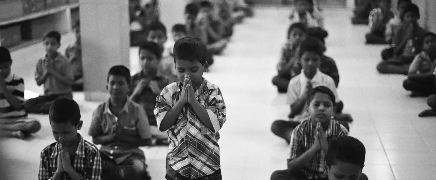 india-kids-praying