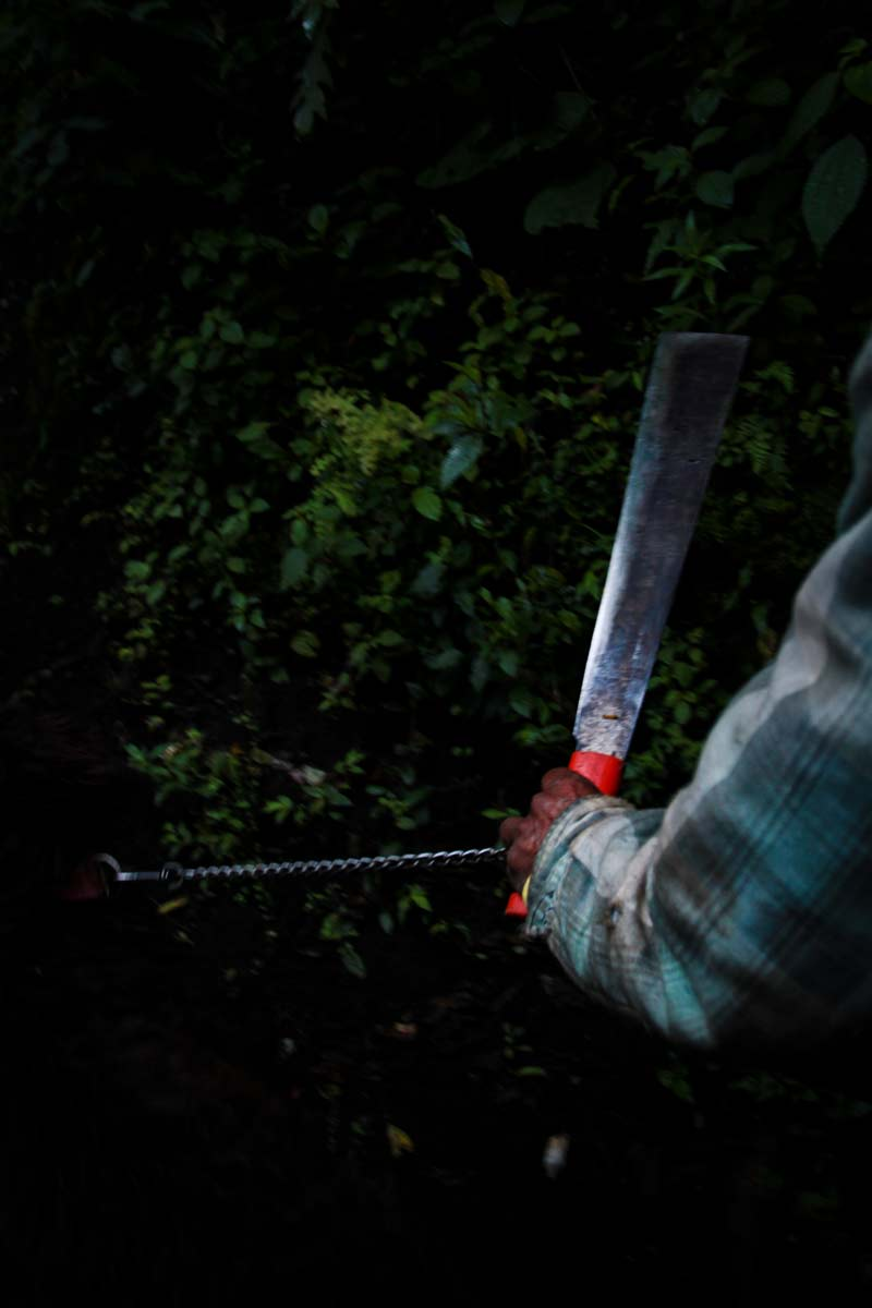 Guatemala-Guide-and-his-Machete-SM